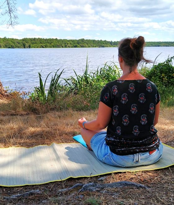 Tinnie mediteert aan meer